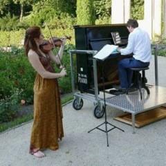 Rollendes Klavier und Picknick im Tiergarten